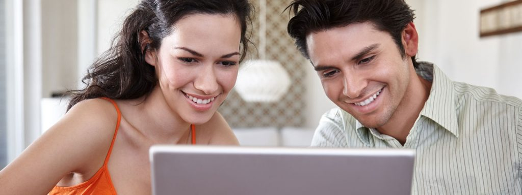 couple-with-laptop